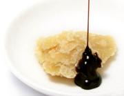白いお皿に盛りつけられたパルミジャーノにバルサミコ酢をかけている写真